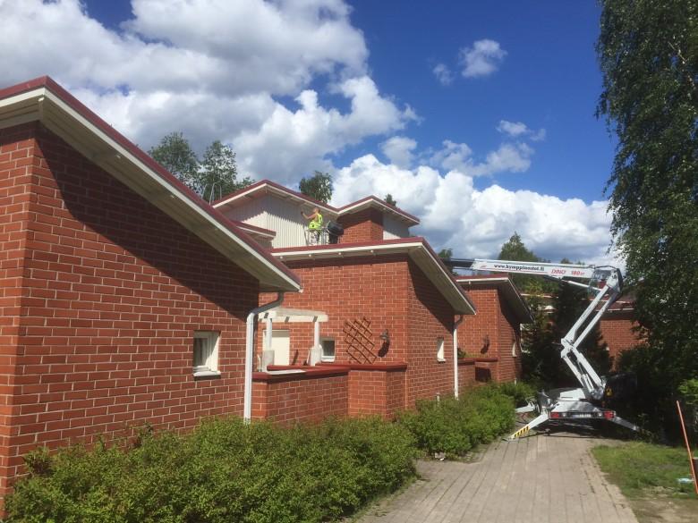 Julkisivujen maalausta Jyväskylän Kuokkalassa